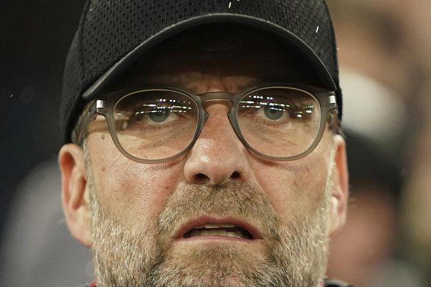 Trenér Liverpoolu Jürgen Klopp sleduje dění na hřišti v utkání osmifinále Ligy mistrů proti Atlétiku Madrid.