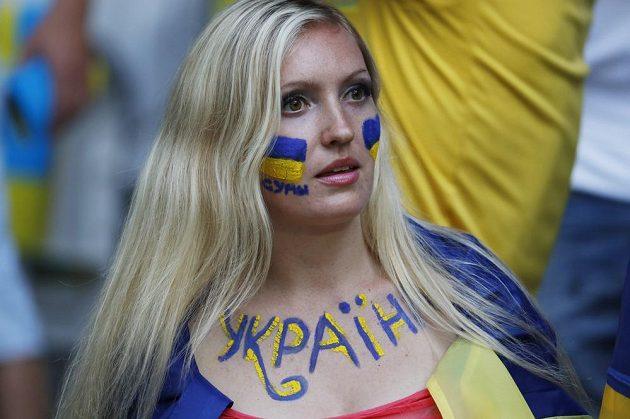Fanynka Ukrajiny sleduje duel s Německem.