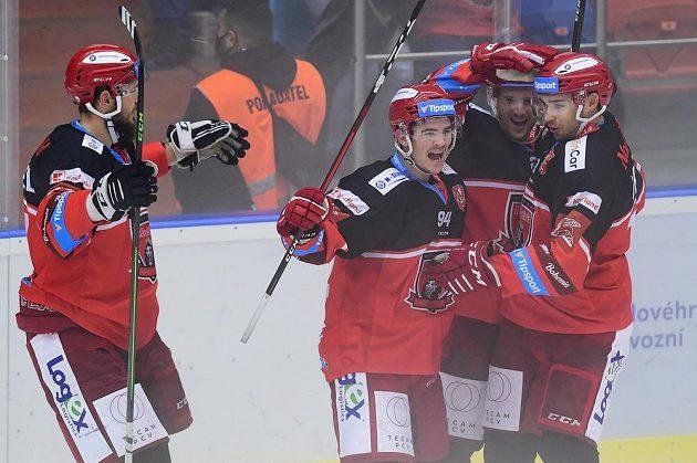 Radost hradeckých hokejistů. Slaví Richard Nedomlel, střelec gólu Jordann Perret, Christophe Lalancette a Ahti Oksanen.