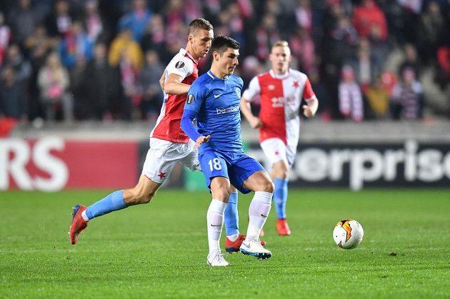 Fotbalista Genku Ruslan Malinovskij (vpředu) a slávista Tomáš Souček v úvodním utkání play off Evropské ligy.