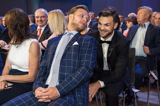 Hokejisté David Pastrňák a Michael Frolík během slavnostního vyhlášení ankety Zlatá hokejka 2017.