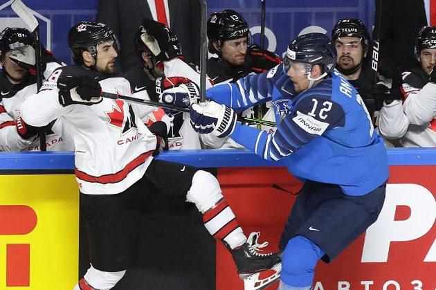 Kanaďan Mario Ferraro (vlevo) a finský kapitán Marko Anttila.
