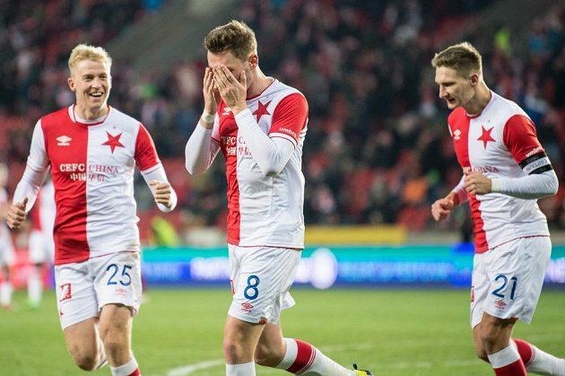 Jaromír Zmrhal ze Slavie Praha oslavuje svůj první gól. Vlevo Michal Frydrych, vpravo Milan Škoda.