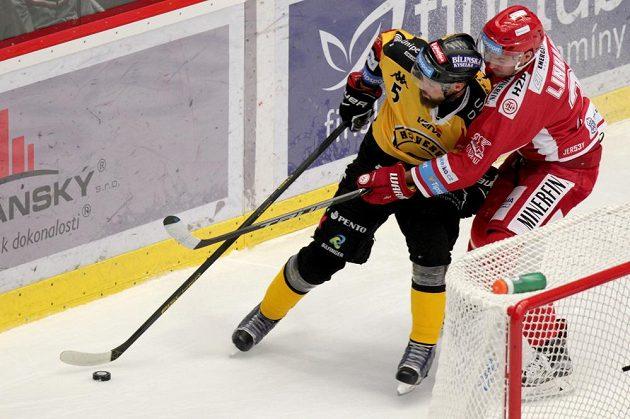 Michal Trávníček z Litvínova a Tomáš Linhart z Třince v souboji během extraligového utkání.