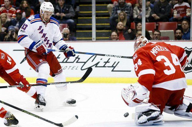 Petr Mrázek (34) z Detroitu likviduje střelu Kevina Hayese (13) z New Yorku Rangers.