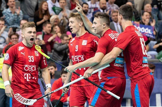 Čeští florbalisté (zleva) Martin Pražan, Filip Langer, Adam Delong a Jiří Bauer oslavují gól na 1:1 během utkání proti Švýcarsku v základní skupině MS.