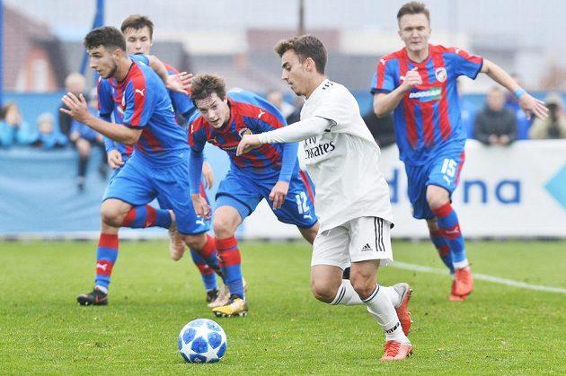 Fotbalisté Realu Madrid vyhráli v utkání 4. kola UEFA Youth League pro fotbalisty do 19 let nad Viktorií Plzeň se štěstím 2:1. Alberto z Realu Madrid v obležení plzeňských hráčů.