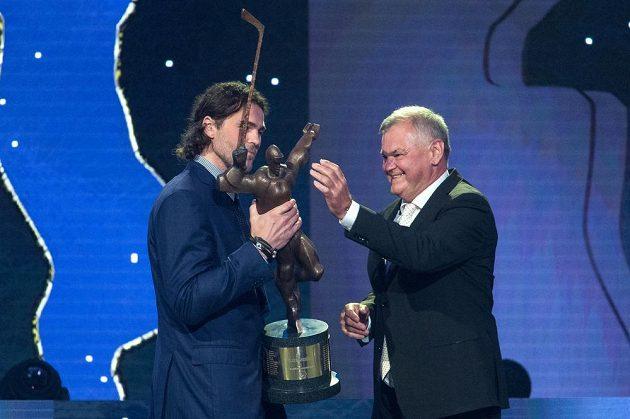 Vítěz ankety Zlatá hokejka Jaromír Jágr a trenér Vladimír Vůjtek v karlovarském hotelu Pupp.