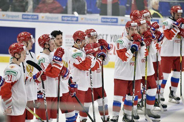 Zklamaní ruští hokejisté po prohraném zápase 3:4 na úvod MS do 20 let.