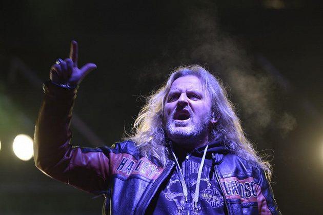 Koncert rockové skupiny Kabát předcházel utkání brněnské Komety se Spartou, které se hrálo pod širým nebem na místě bývalého zimního stadionu za Lužánkami. Na snímku je zpěvák Josef Vojtek.
