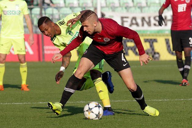 Zleva Eldar Čivič ze Sparty a Adriel D´Avilla Ba Loua z Karviné v utkání 15. kola fotbalové ligy.