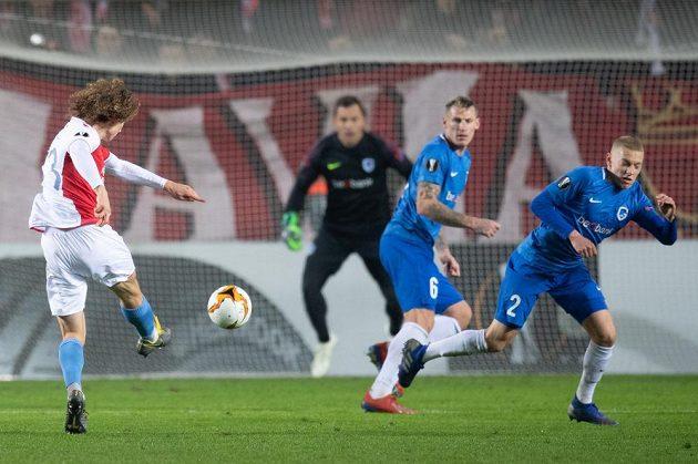 Alex Král ze Slavie Praha střílí na branku Genku během utkání Evropské ligy v Praze.