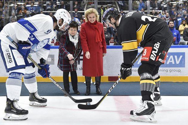 Vdova po hokejovém trenérovi Ivanu Hlinkovi Liběna Hlinková (druhá zprava) a vdova po hokejové legendě Vlastimilu Bubníkovi Hana Bubníková-Machatová vhodily úvodní buly. Vlevo je Martin Zaťovič z Brna, vpravo Viktor Hübl z Litvínova.