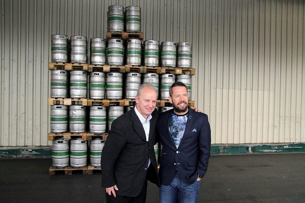Sto sudů piva! Tolik dostal darem Pavel Horváth (vpravo) od sládka Gambrinusu Pavla Zítka.