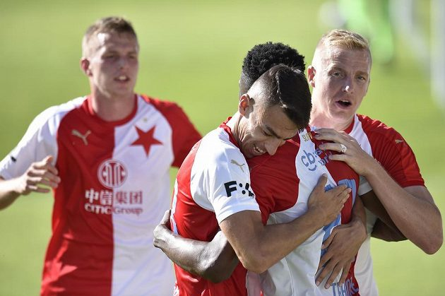 Vpředu zleva Petar Musa, autor prvního gólu Ibrahim Benjamin Traoré a Michal Frydrych ze Slavie se radují během utkání v Liberci.
