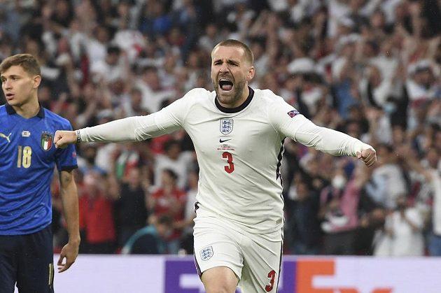 Luke Shaw se raduje z vedoucího gólu Angličanů ve finále s Itálií.