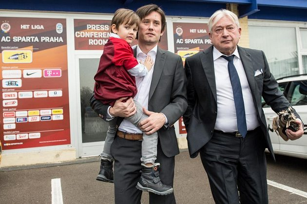 Tomáš Rosický se synem Tomášem a manažerem Pavlem Paskou odchází z tiskové konference, kde oznámil konec kariéry.