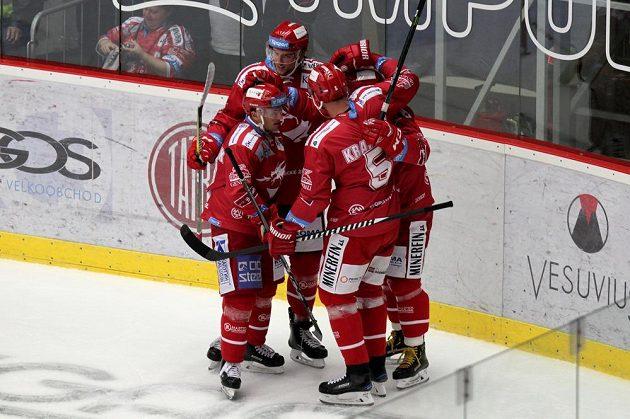 Radost třineckých hokejistů z první branky.