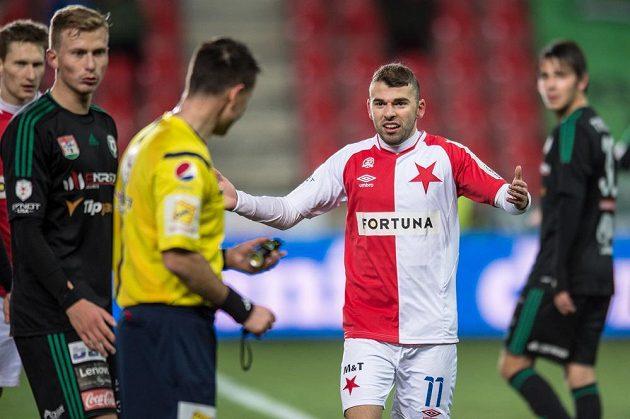 Záložník Slavie Praha Levan Kenija běhm utkání s Příbramí.
