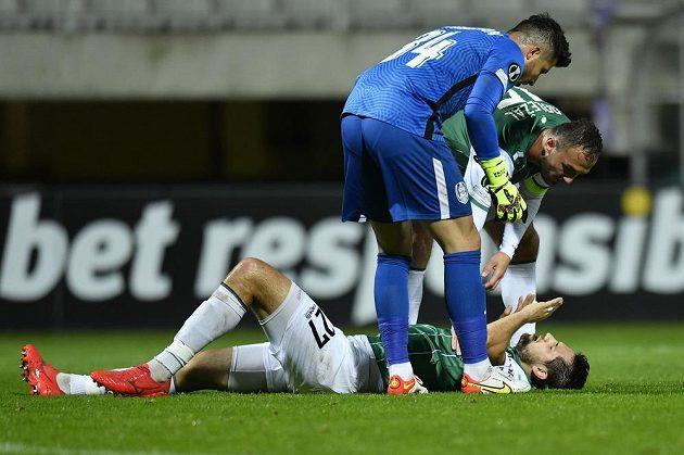 Zleva brankář Kluže Cristian Bălgrădean a Martin Doležal z Jablonce nad jabloneckým hráčem Vojtěchem Kubistou.