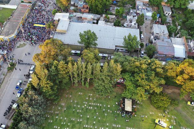 Blízcí příbuzní a přátelé Diega Maradony pohřbívají fotbalovou legendu na hřbitově Jardin de Bellavista v Buenos Aires.