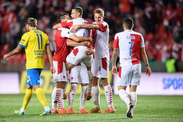 Fotbalisté Slavie Praha oslavují gól na 4:0 během utkání 4. kola Fortuna ligy s FK Teplice.