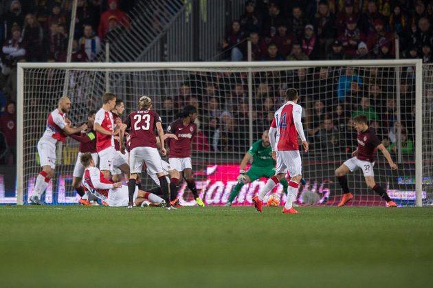 Milan Škoda střílí gól Slavie v derby se Spartou.