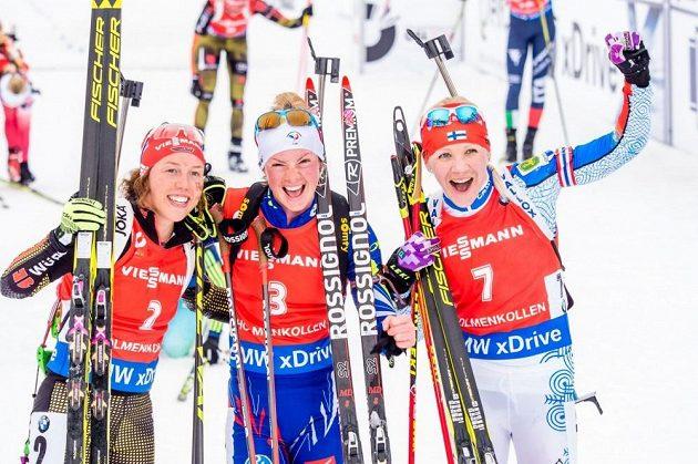 Tři nejlepší v závodu s hromadným startem (zleva) stříbrná Němka Laura Dahlmeierová, vítězka Marie Dorinová-Habertová z Francie a bronzová Finka Kaisa Mäkäräinenová.