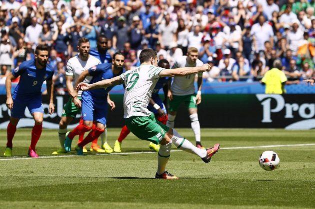 Irský fotbalista Robbie Brady proměňuje penaltu v osmifinále ME proti Francii.