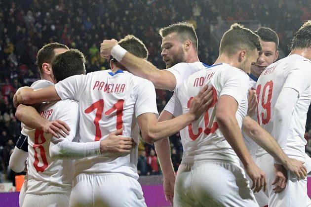 Čeští hráči se radují z gólu, který vstřelil David Pavelka (třetí zleva).