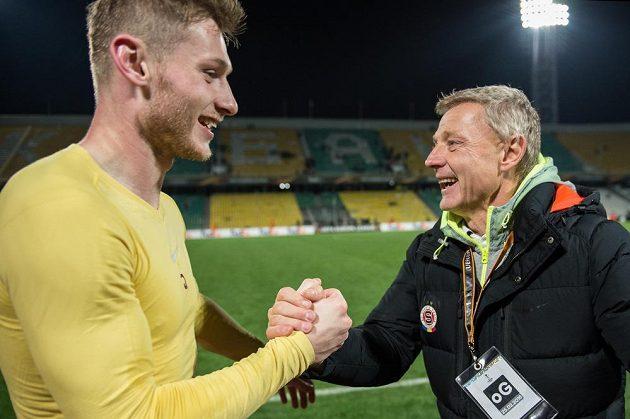 Obránce Sparty Praha Jakub Brabec a trenér Zdeněk Ščasný si gratulují po vítězství v ruském Krasnodaru.
