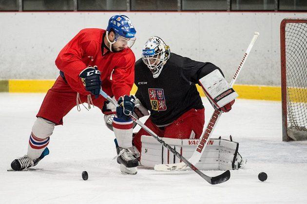 Útočník Jakub Valský před brankářem Pavlem Francouzem během tréninku hokejové reprezentace před turnajem Channel One Cup.