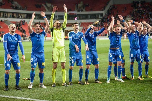 Fotbalisté Liberce oslavují vítězství na Slavii.