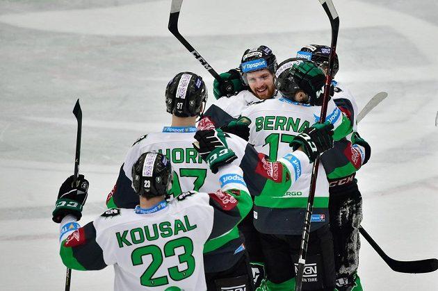 Autor rozhodujícího gólu v prodloužení Pavel Musil (čelem) se raduje se spoluhráči z Mladé Boleslavi.