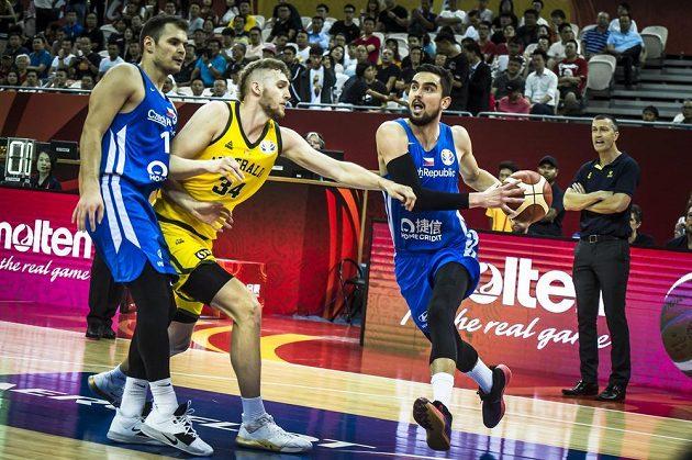 Čeští basketbalisté Tomáš Satoranský (s míčem) a Jaromír Bohačík v souboji s Australanem Jockem Landalem.