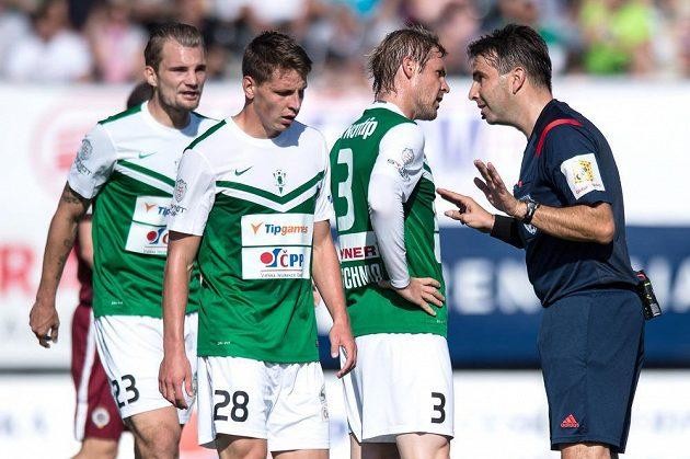Jablonecký Tomáš Hübschman a rozhodčí Jan Jílek během utkání se Spartou.