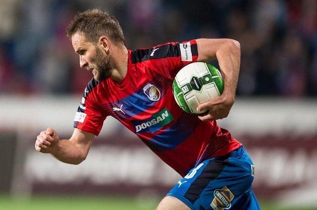 Plzeňský útočník Marek Bakoš po vstřelené brance proti Teplicím sprintuje ke středovému kruhu.