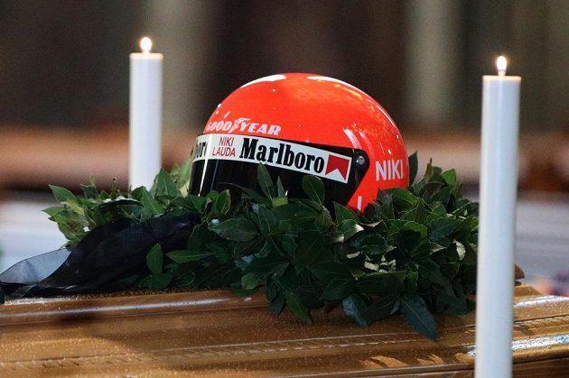 Na rakvi Nikiho Laudy byla vystavena jeho helma a legendární pilot bude pohřben v závodní kombinéze týmu Ferrari.