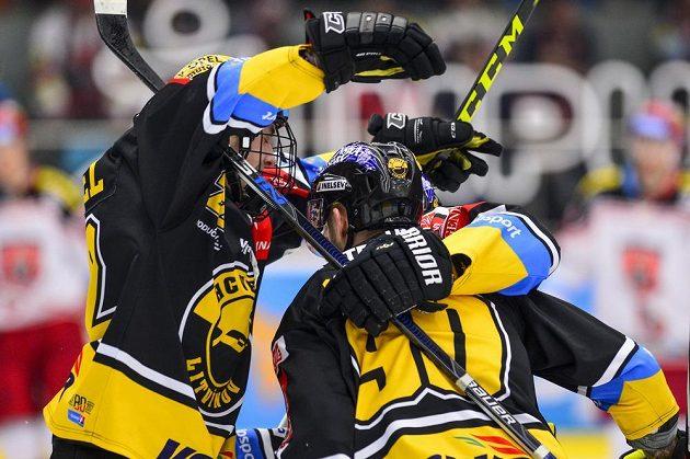 Litvínovští hokejisté Kristian Reichel, Daniel Sorvik a Lukáš Válek se radují z vyrovnávacího gólu na 1:1 ve čtvrtfinále play off hokejové extraligy.