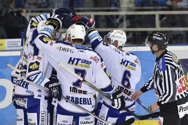 Hokejisté Komety slaví gól proti Pardubicím v dohrávce 12. kola Tipsport extraligy.