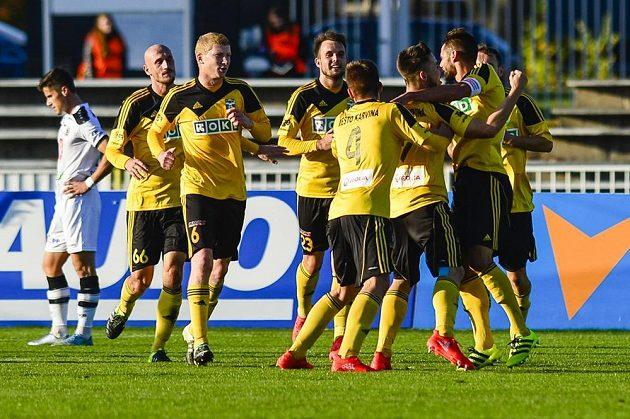 Radek Voltr (třetí zprava) z Karviné oslavuje se spoluhráči gól.