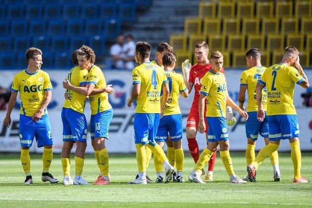 Štěpán Krunert z Teplic (třetí zleva) oslavuje se spoluhráči gól na 1:0.