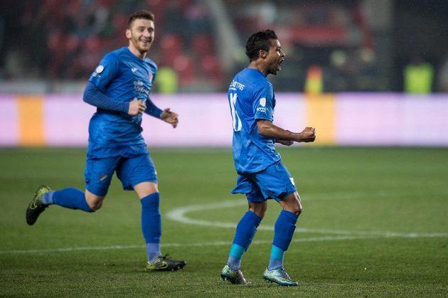 Carlos Azevedo (vpravo) z Baníku oslavuje gól, kterým svému týmu zařídil vedení 1:0 na hřišti Slavie.