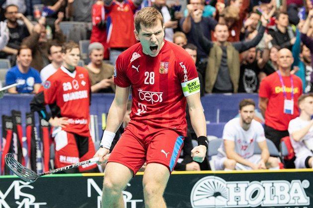 Český útočník Matěj Jendrišák oslavuje gól na 4:3 během utkání se Švýcarskem v základní skupině MS.