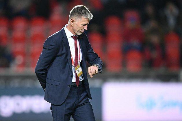 Trenér českého národního týmu Jaroslav Šilhavý odpočítává čas do začátku kvalifikačního duelu proti Anglii v Edenu.