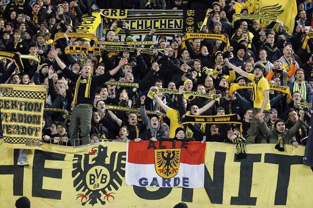 Fanoušci Borussie Dortmund během úvodního osmifinálového utkání Ligy mistrů s Petrohradem.