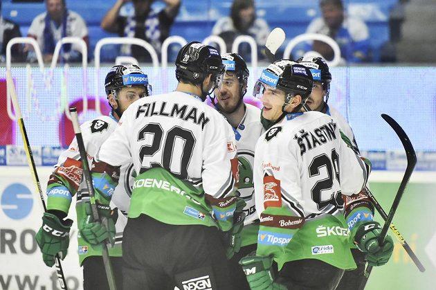Hráči Mladé Boleslavi se radují z gólu.