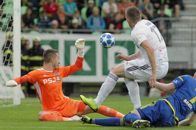 Střela, ze které padla první branka barážového zápasu o účast v první fotbalové lize. Zleva brankář Jihlavy Luděk Vejmola, Dávid Guba z Karviné a Petr Breda z Jihlavy.