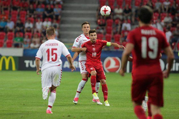 Český fotbalista Michal Trávník (10) bojuje o míč v duelu s Dány na ME do 21 let.