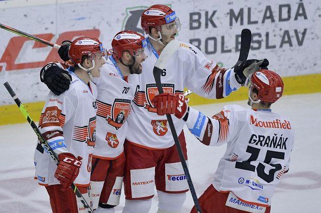 Autor gólu Radek Smoleňák (druhý zleva) se raduje se spoluhráči z Hradce Králové.